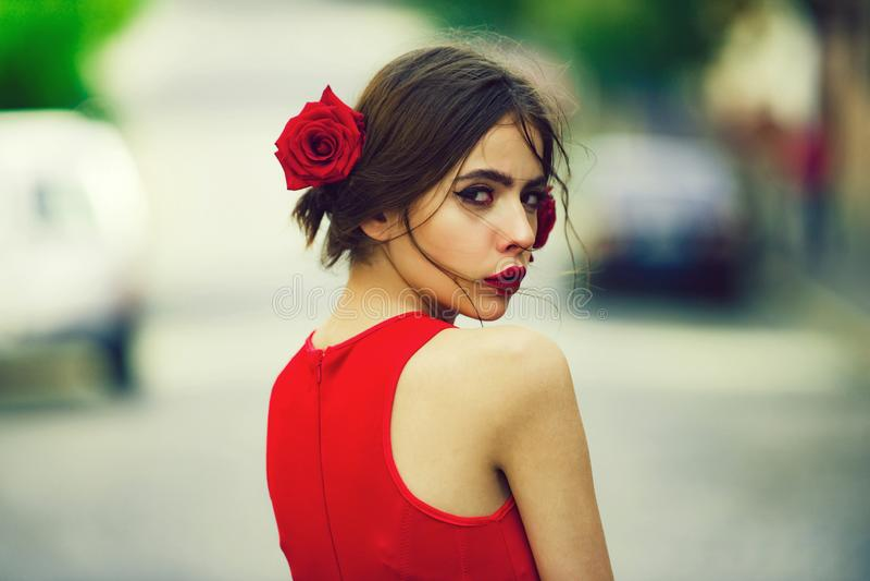 Entzückendes Mädchen mit den roten Lippen, Make-up auf nettem, jungem Gesicht stockbilder