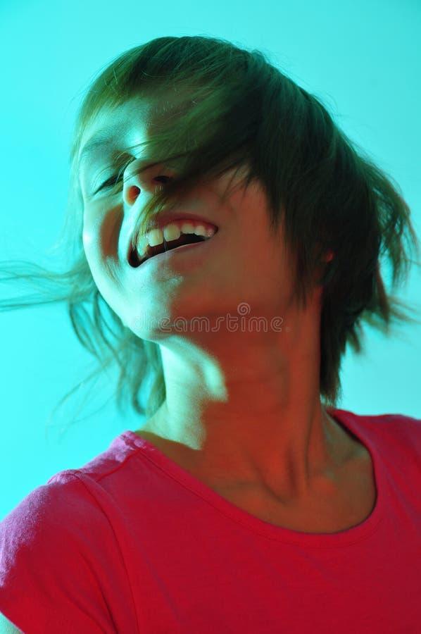 Entzückendes nettes Kind beleuchtet mit Farblicht stockfoto