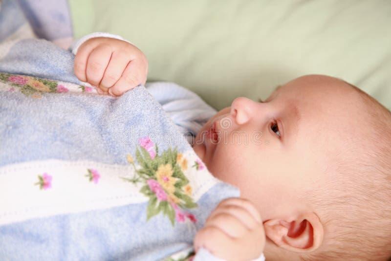 Entzückendes neugeborenes im Bett stockfotos