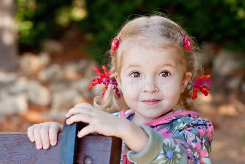 Entzückendes Porträt des kleinen Mädchens stockbilder