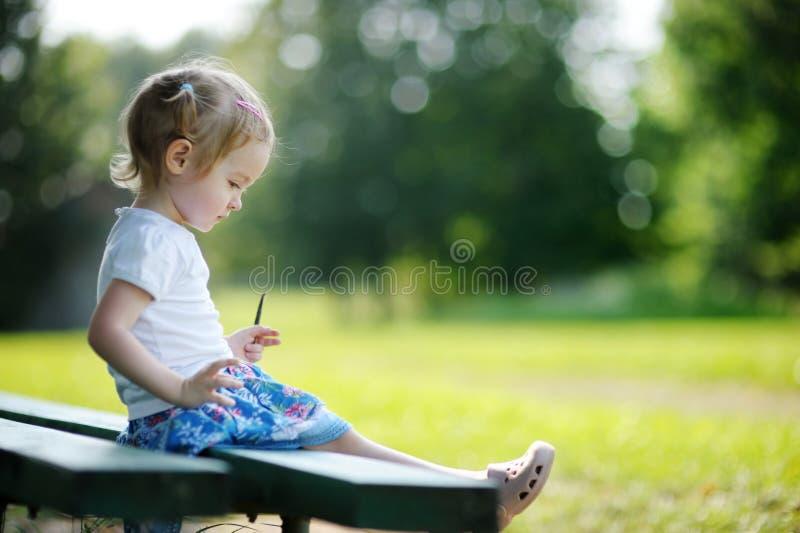 Entzückendes Portrait des kleinen Mädchens draußen stockfoto