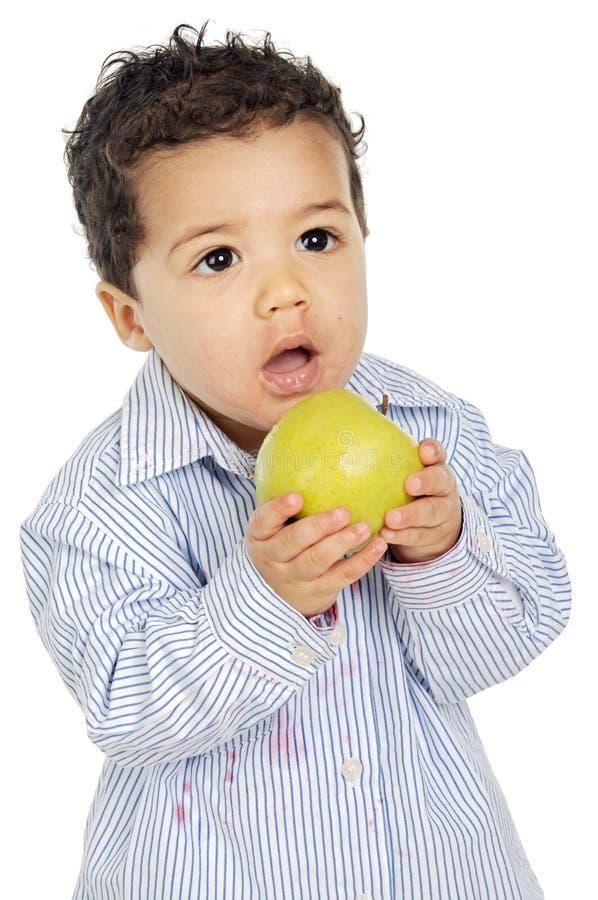 Entzückendes Schätzchen, das einen Apfel isst stockfoto