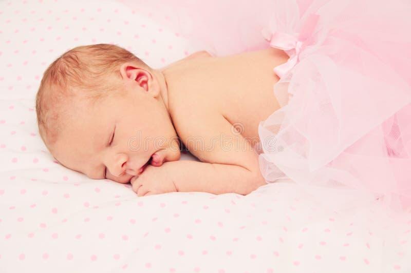 Entzückendes schlafendes neugeborenes Baby stockbilder