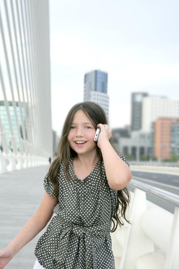 Entzückendes sprechentelefon des kleinen Mädchens des Jugendlichen stockbilder