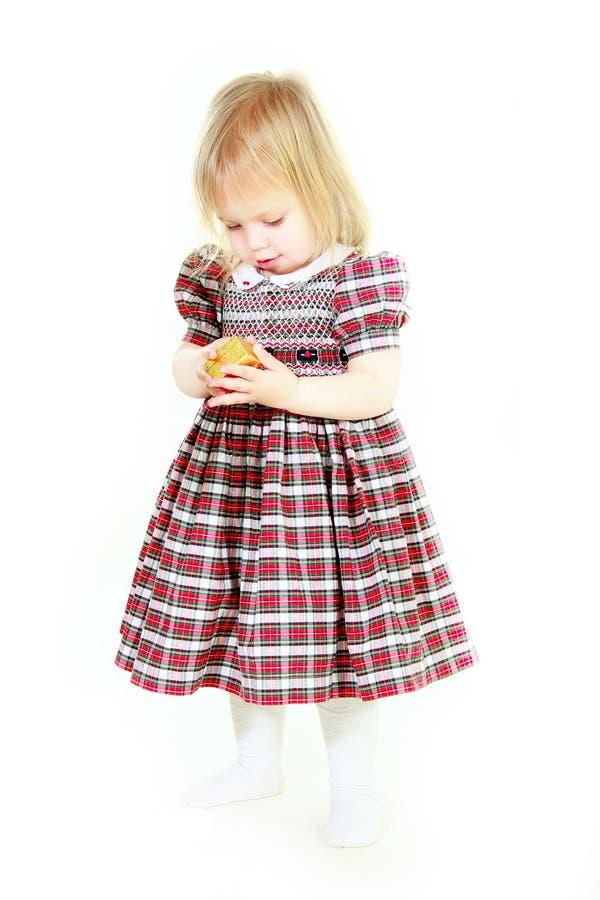 Entzückendes toodler Mädchen mit kleinem Geschenkkasten in den Händen lizenzfreies stockfoto