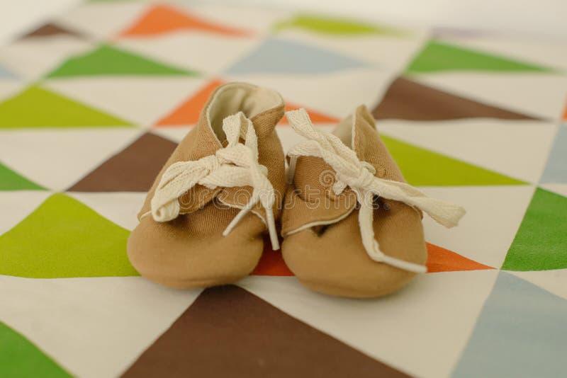 Entzückendes Weinleseartmädchen oder -junge, weiche woolen Schuhe oder Beuten lizenzfreies stockfoto