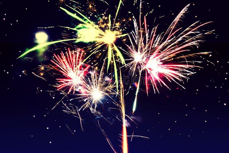 entziehen Sie Hintergrund Feuerwerke kreisen Unschärfe ein Bunt in der Feier Hintergrund-festliches neues Jahr lizenzfreie stockfotos