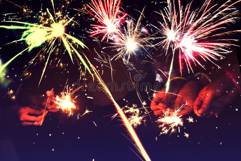 entziehen Sie Hintergrund Feuerwerke kreisen Unschärfe ein Bunt in der Feier Hintergrund-festliches neues Jahr stockfoto
