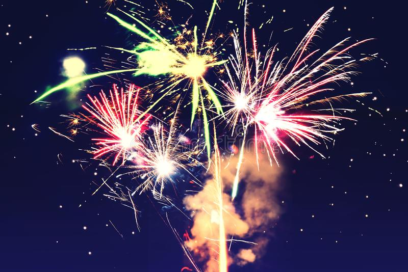 entziehen Sie Hintergrund Feuerwerke kreisen Unschärfe ein Bunt in der Feier Hintergrund-festliches neues Jahr lizenzfreie stockfotografie