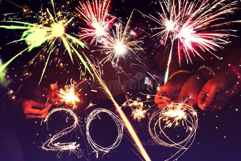 entziehen Sie Hintergrund Feuerwerke kreisen Unschärfe ein Bunt in der Feier Hintergrund-festliches neues Jahr 2019 stockfoto