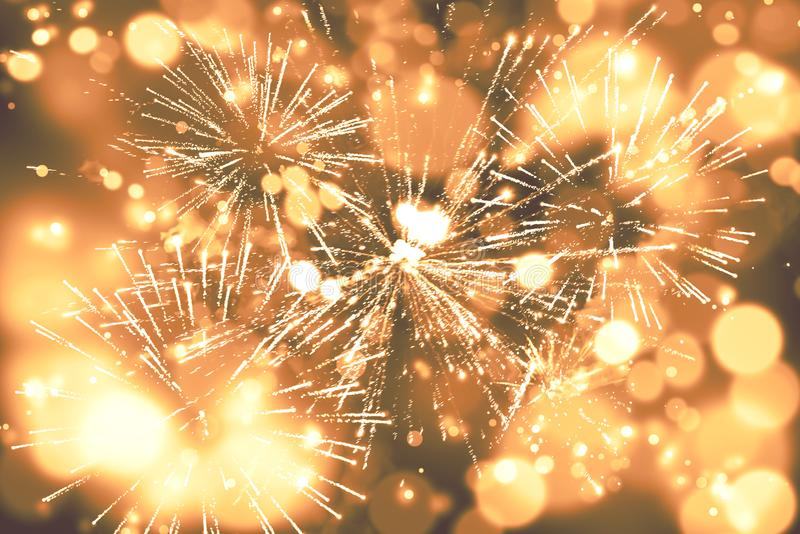 entziehen Sie Hintergrund Gold-farbige Unschärfe Feuerwerke kreisen Unschärfe ein lizenzfreies stockbild