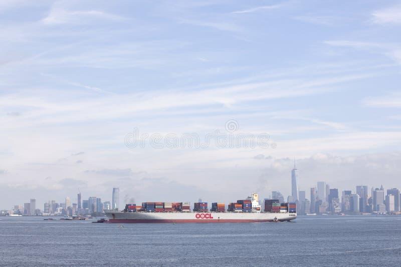 Envíe con los envases coloridos en puerto cerca de Nueva York con el azul fotos de archivo libres de regalías