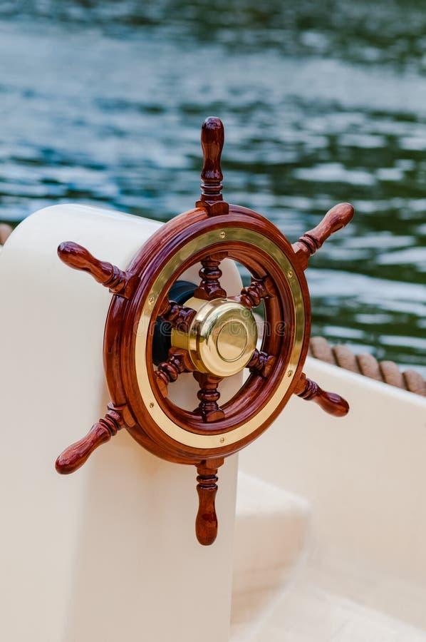 Envíe el equipo náutico del yate del barco del volante del timón atractivo imagenes de archivo