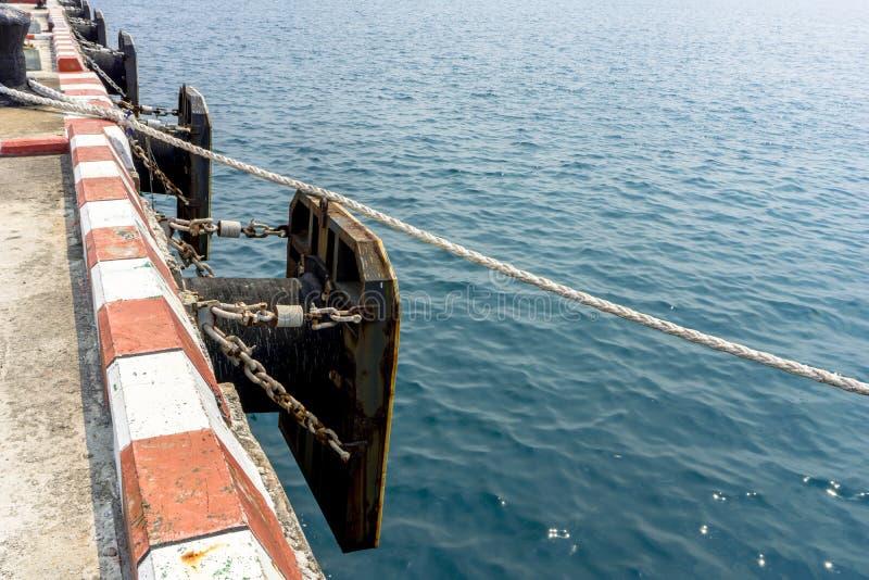 Envíe el ` s o la defensa marina en el puerto marítimo profundo para las naves comerciales, o imagen de archivo libre de regalías