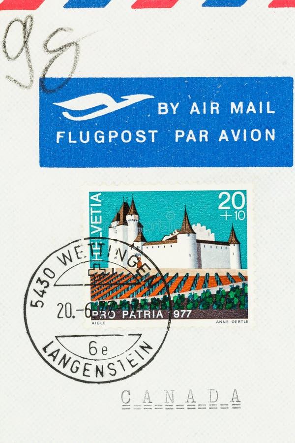 Envíe el sobre por correo aéreo con el sello suizo a Canadá fotografía de archivo