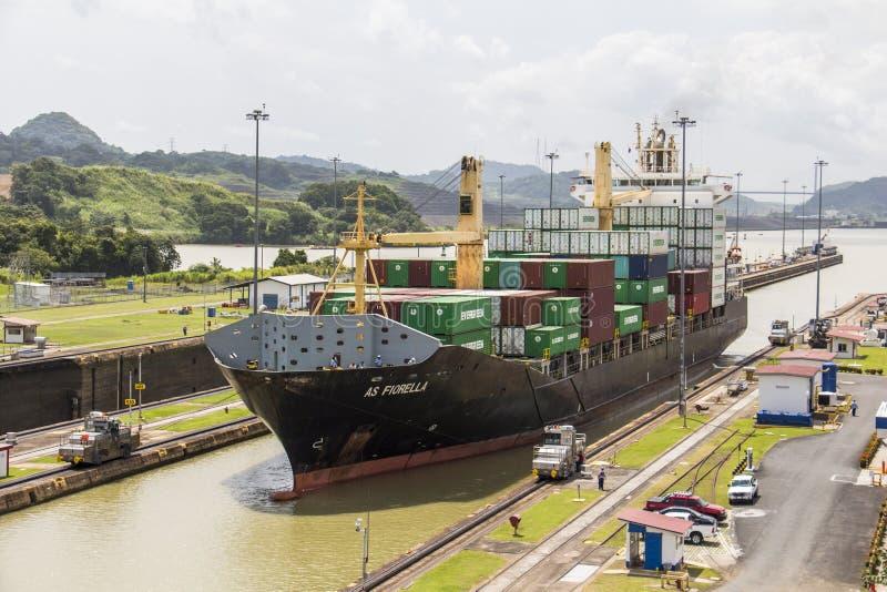Envíe entrar en el Canal de Panamá en la cerradura de Miraflores imagen de archivo