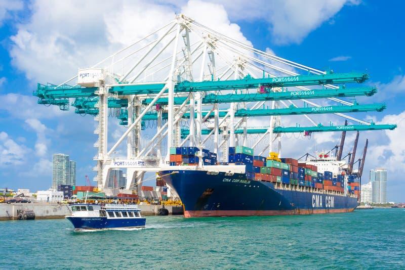 Envíe la descarga de los envases en el puerto de Miami foto de archivo libre de regalías