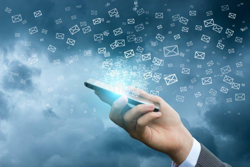 Envío de email usando un teléfono móvil imagenes de archivo
