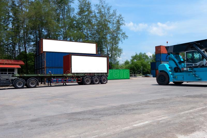 Envío del envase para el negocio logístico de las importaciones/exportaciones e industrial Cartelera blanca vacía Espacio en blan fotografía de archivo libre de regalías