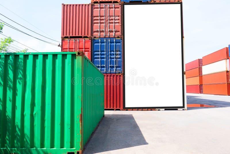 Envío del envase para el negocio logístico de las importaciones/exportaciones e industrial Cartelera blanca vacía Espacio en blan imagenes de archivo
