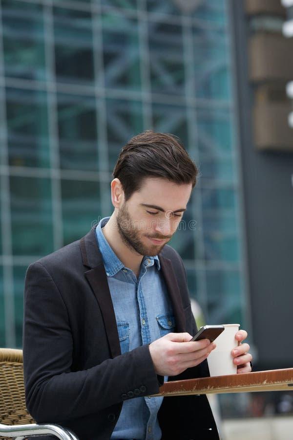 Envío del mensaje de texto en el teléfono móvil imagenes de archivo
