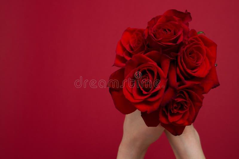 Env?e las flores el concepto en l?nea Entrega para la tarjeta del día de San Valentín, día de la madre de la flor Ramo de rosas r imagen de archivo