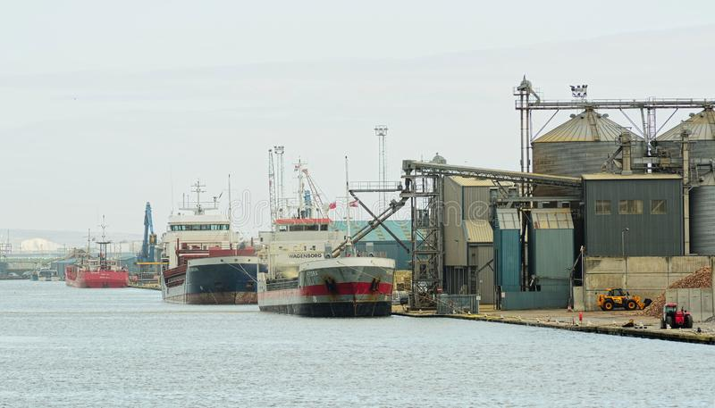 Env?o comercial en el puerto de Shoreham Cargo BRIT?NICO del cargamento y de la descarga fotos de archivo