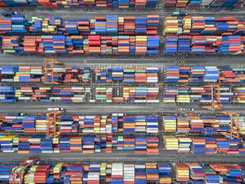 Envase aéreo de la visión superior en la exportación que espera del almacén del puerto para fotografía de archivo