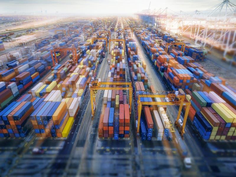 Envase aéreo de la visión superior en la exportación que espera del almacén del puerto para imagen de archivo libre de regalías