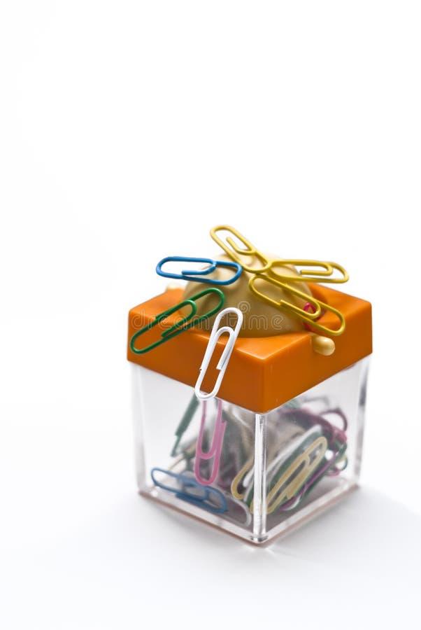 Envase colorido para los clips de papel fotografía de archivo