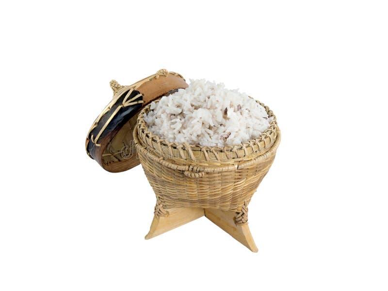 Envase de bambú para sostener el arroz pegajoso cocinado en el fondo blanco fotografía de archivo libre de regalías