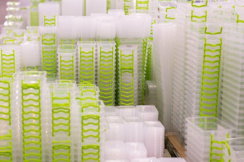 Envase de la caja plástica en estante en la tienda fotografía de archivo libre de regalías