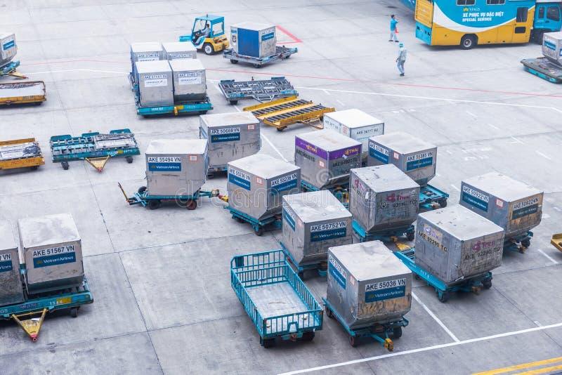 Envase del flete aéreo listo para ser entregado en el aeropuerto internacional de Noi Bai en Hanoi, Vietnam imagen de archivo