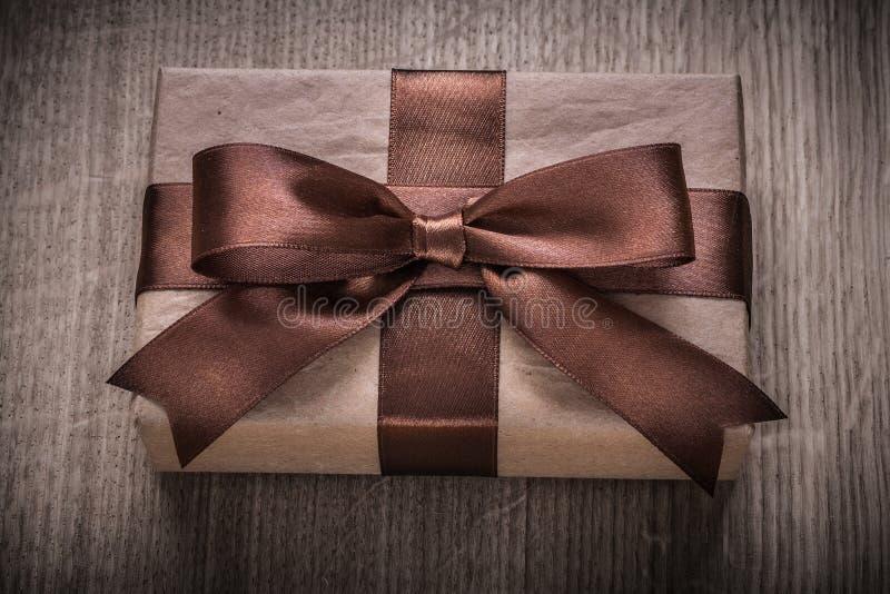 Envase encajonado del regalo del vintage con conce marrón de la celebración de la cinta fotografía de archivo libre de regalías