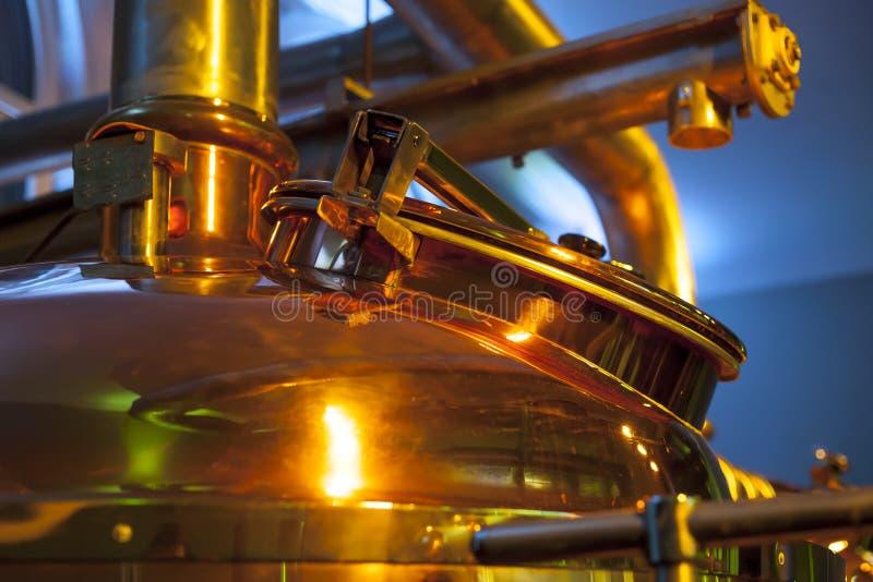 Envase grande, de cobre para elaborar cerveza fotografía de archivo
