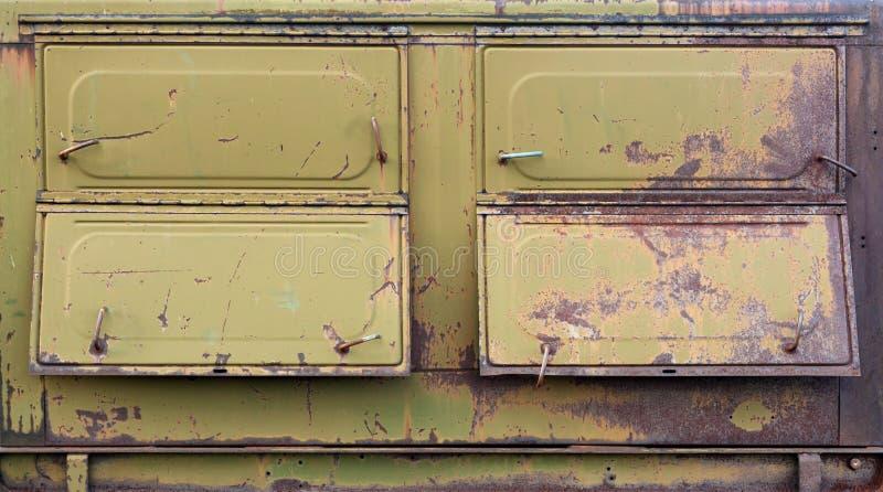 Envase militar aherrumbrado viejo con las portillas imágenes de archivo libres de regalías