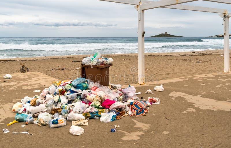 Envases con basura en la arena en el delle Femmine de Isola en Sicilia fotografía de archivo libre de regalías