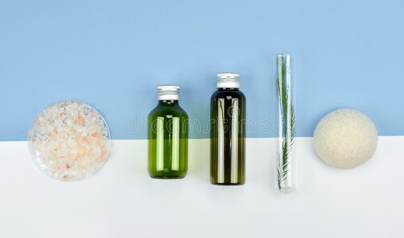 Envases cosméticos de la botella, etiqueta en blanco para la maqueta de marcado en caliente imagen de archivo