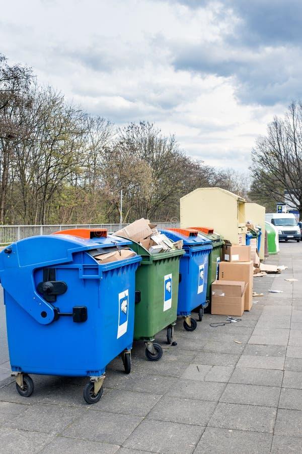 Envases de basura en la calle en Alemania fotos de archivo