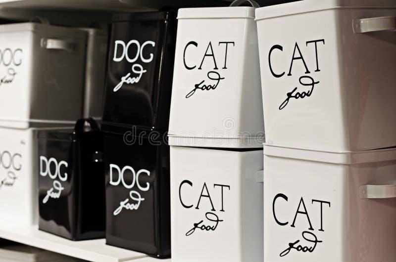 Envases de comida del gato y de perro imagenes de archivo