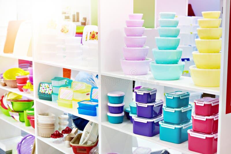Envases de comida plásticos de la cocina en tienda foto de archivo