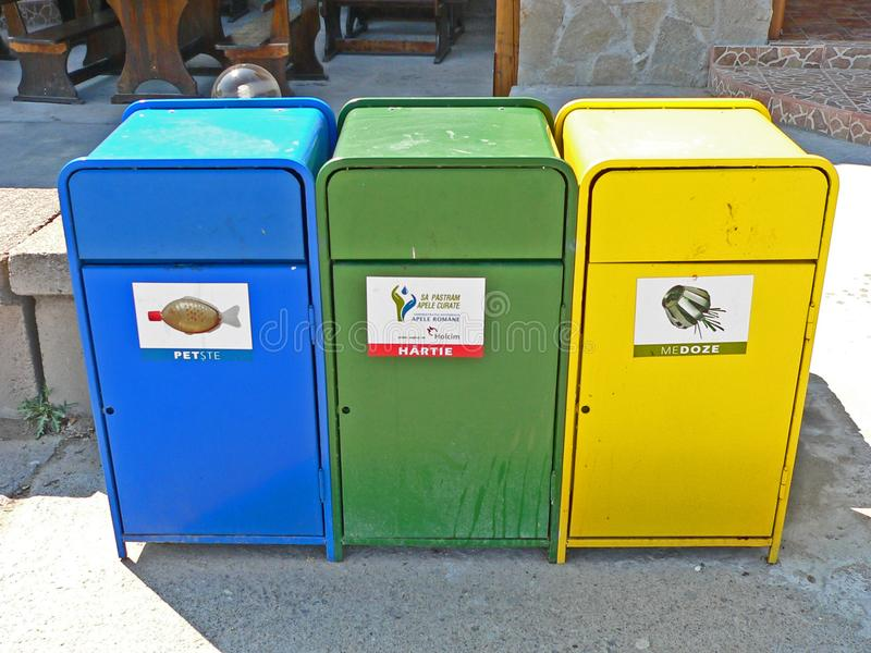 Envases de la basura para la recolección de basura separada foto de archivo