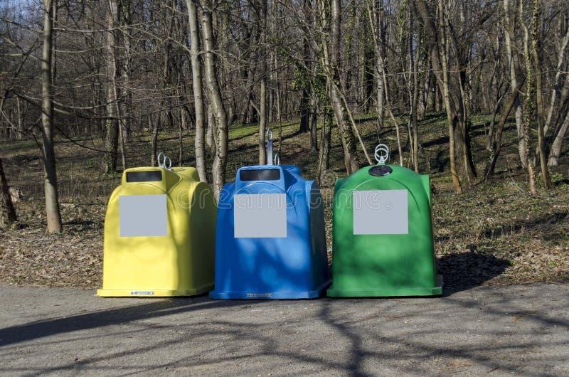 Envases de los botes de basura de la basura para la colección de la división fotos de archivo libres de regalías