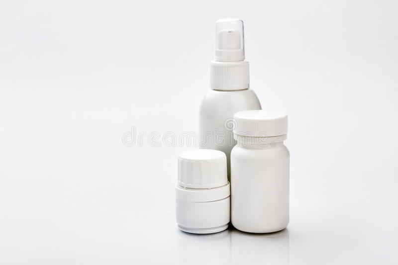 Envases de plástico blancos para las píldoras imagen de archivo