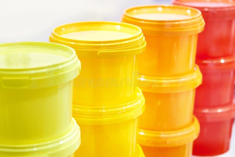 Envases de plástico del color imagen de archivo libre de regalías