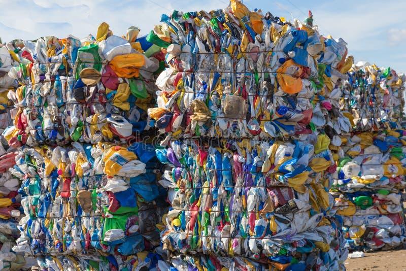 Envases de plástico listos para reciclar fotos de archivo libres de regalías