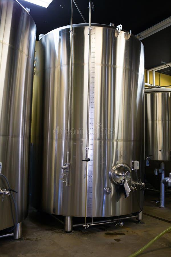Envases del acero inoxidable en la elaboración de la cerveza de Oakshire fotos de archivo libres de regalías