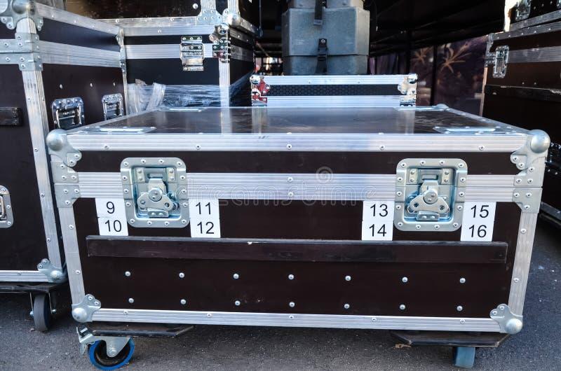 Envases del concierto cajas para el equipo caso de la caja de viaje o del vuelo con las esquinas y las ruedas reforzadas de metal fotos de archivo libres de regalías