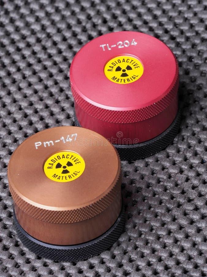 Envases del especialista con la etiqueta engomada amonestadora y el grabado que contienen los isótopos radiactivos imagen de archivo libre de regalías