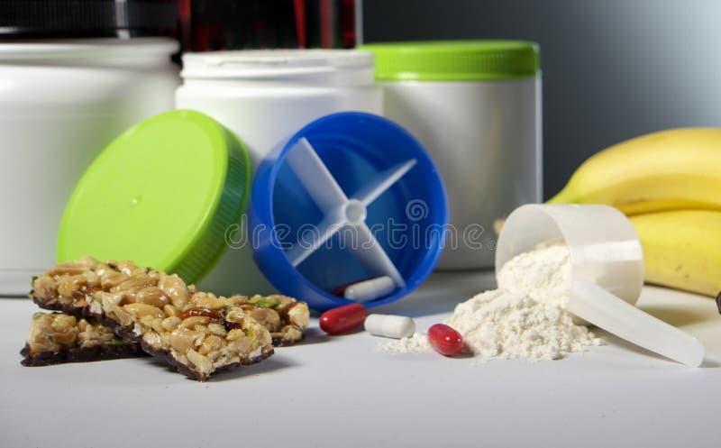 Envases del suplemento de la nutrición del deporte con las píldoras foto de archivo libre de regalías